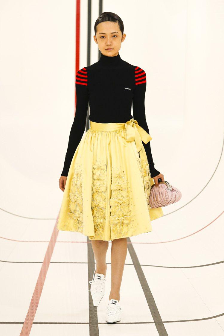 運動風貼身高領長袖上衣配上裝式繁複的蓬蓬裙,充滿混搭趣味。