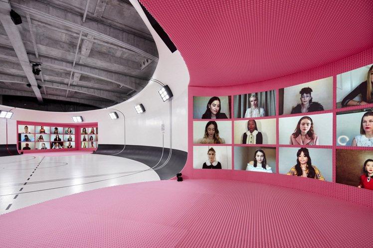 MIU MIU 2021春夏大秀邀請多位明星好友共同參與,讓他們化身牆上的動態即...