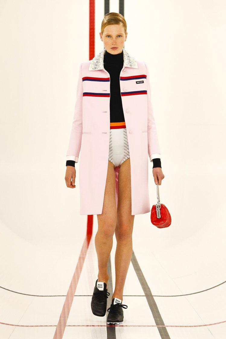 各式夾克、拉鍊polo衫帶著宛如高校生的青春氣息。圖/MIU MIU提供