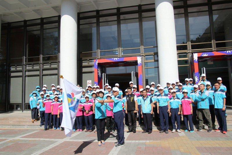 2020年全民運動會將於17日起一連6天花蓮縣舉行,台東縣代表隊今天由縣長饒慶鈴(左)授旗,預祝選手「旗開得勝」贏得好成績。記者尤聰光/翻攝
