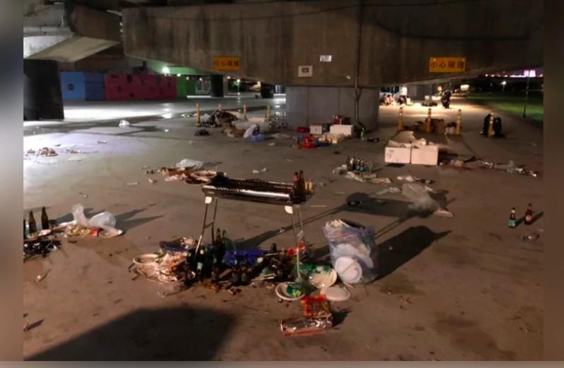有民眾在中秋連假前,於台北民權大橋下方發現疑似烤肉活動後還未收拾的「殘局」,不只廚餘垃圾未倒、酒瓶堆滿地,甚至連炭火都還沒滅就不見人的蹤影。圖/擷自PTT