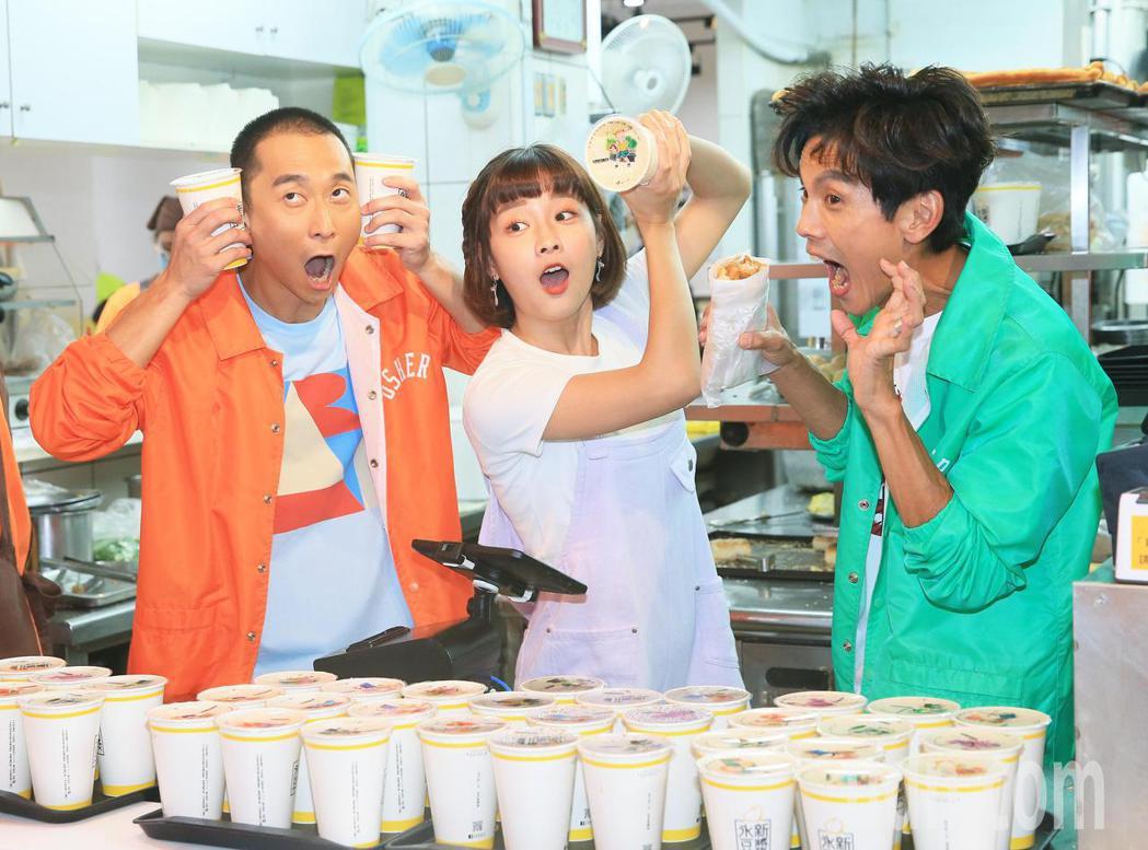 「浩角翔起」兩人再度合體開新節目,要體驗台灣職人的生活,來賓籃籃(中)前來打氣。...