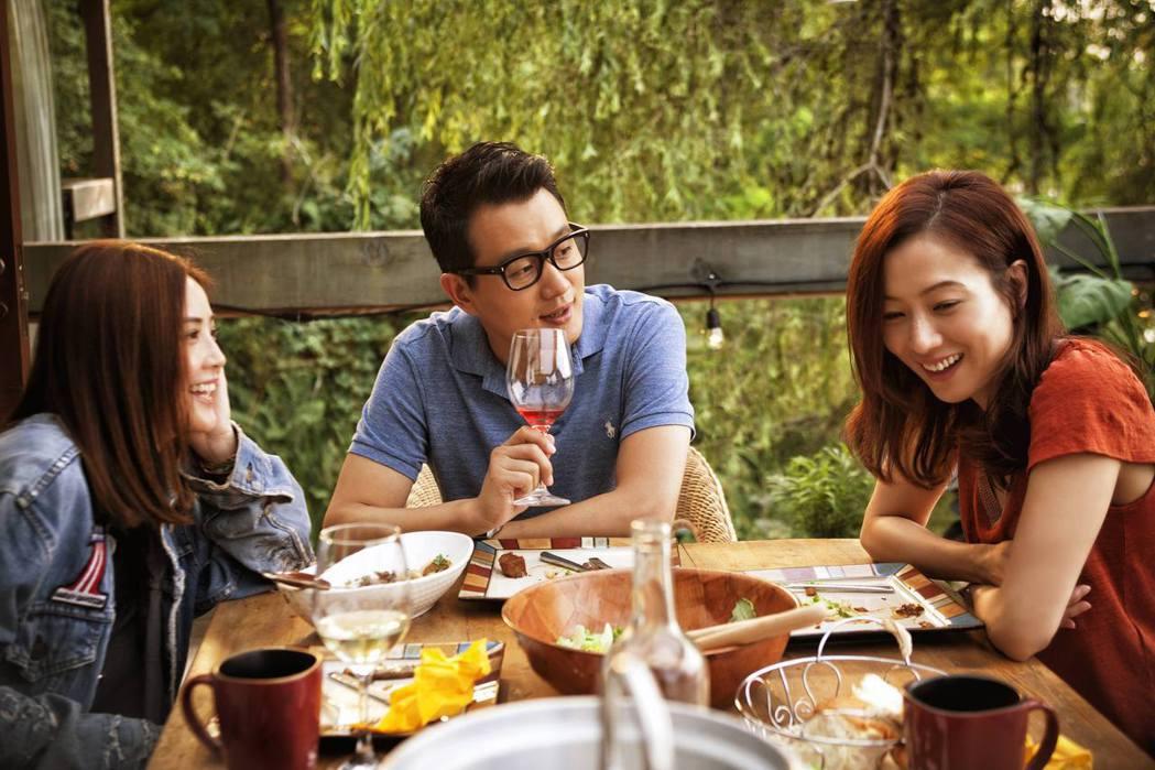 左起蔡卓妍、佟大為、鄭秀文在片中因各懷心事而引發各種猜疑。圖/華映提供