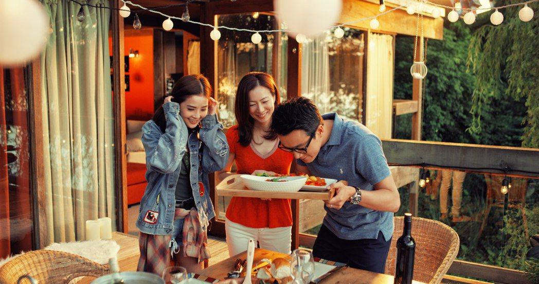 左起蔡卓妍、鄭秀文、佟大為在片中因各懷心事而引發各種猜疑。圖/華映提供