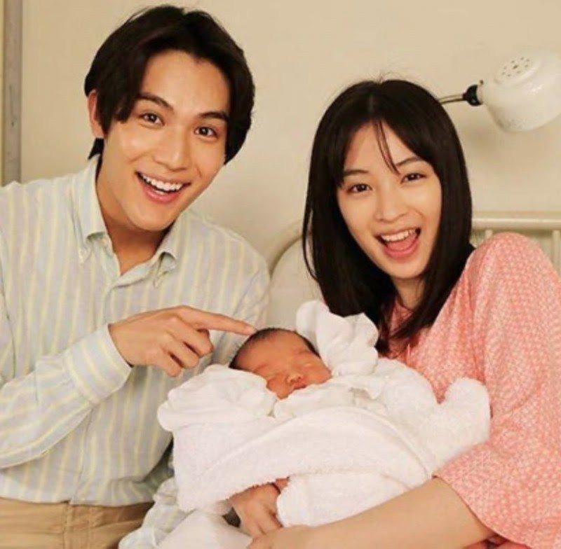 中川大志(左)和廣瀨鈴曾在「夏空」中扮演夫妻。圖/摘自推特