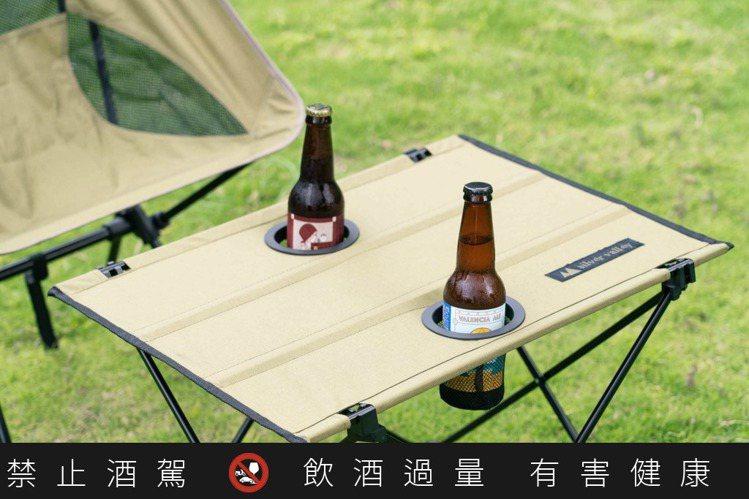 採用鋁合金製造的折疊餐桌與餐椅,折疊收納攜帶都方便。圖 / 白銀谷Silver ...