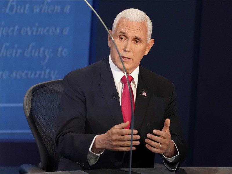 副總統潘斯在稍早結束的美國副總統候選人辯論中台風穩健,展現對政治上的老練,但潘斯最大的問題,是他不能替自己講話,必須要替川普辯護。美聯社