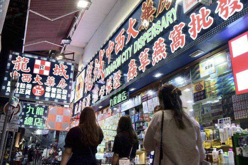 香港周三新增9例本土新冠肺炎感染病例,當中有三家藥房有員工傳出確診。中新社