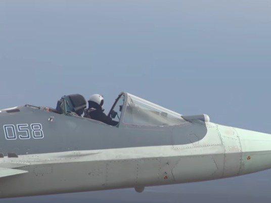 俄羅斯國防部發布影片的截圖中可見一架蘇愷57飛機在沒有駕駛員座艙罩的畎態下飛上天。圖/取自YouTube