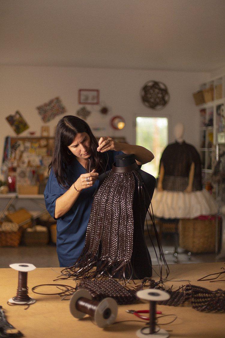 LOEWE工匠打造皮革上衣。圖/LOEWE提供