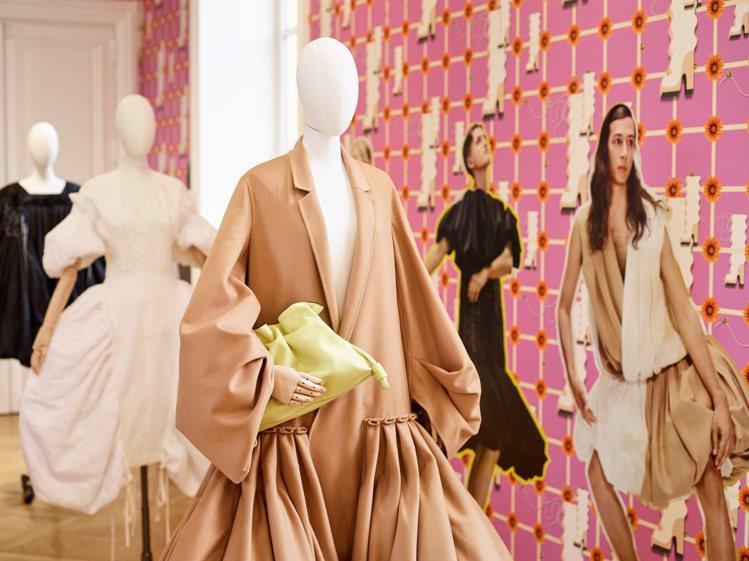 LOEWE的2021春夏女裝,以更為浮誇的縐褶、垂墜等輪廓打造。圖/LOEWE提...