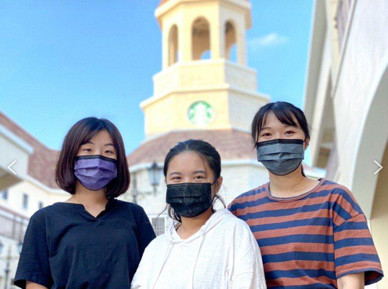 麗寶Outlet Mall國慶連假 搶全台獨家銷售薔薇壓花時尚灰黑紫口罩。圖/麗寶提供