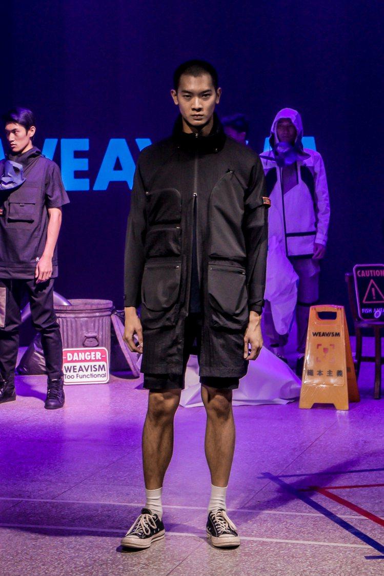 T恤、褲款或是風衣、夾克上,WEAVISM仍舊不忘運用招牌的多口袋裝飾。圖/WE...