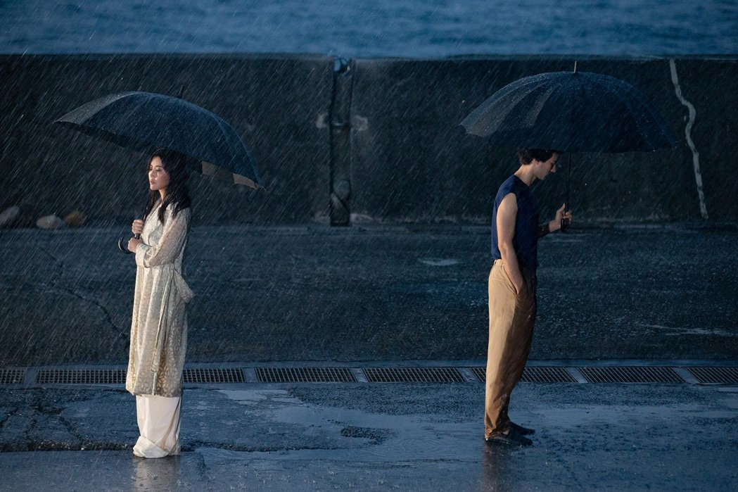 A-Lin(左)與鳳小岳首度合作拍攝MV,憋氣、濕身淋雨樣樣來。圖/索尼提供