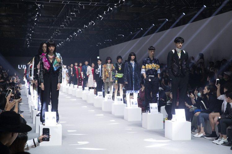 伸展台結合靜態展示,謝幕後模特兒們站上高台,讓散場的觀眾可以近距離觀賞服裝細節。...