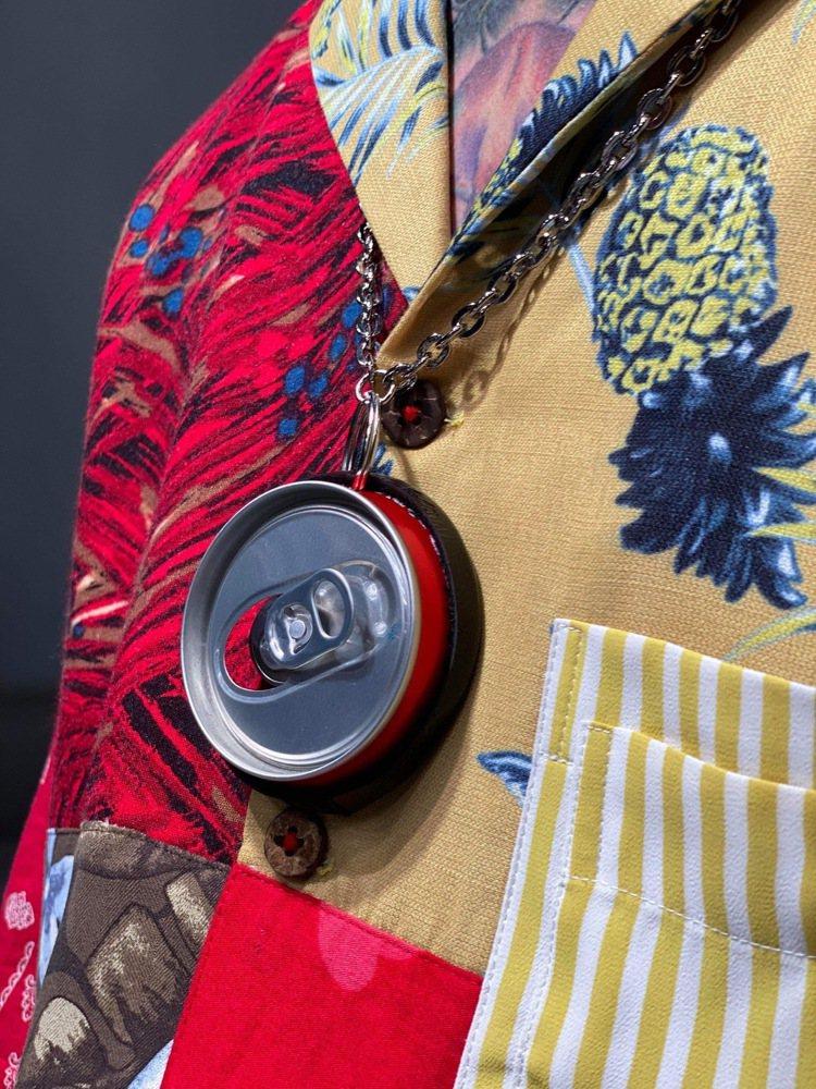 以飲料鋁罐打造的吊飾、鑰匙圈是貫穿本季的配件設計。圖/JUST IN XX提供
