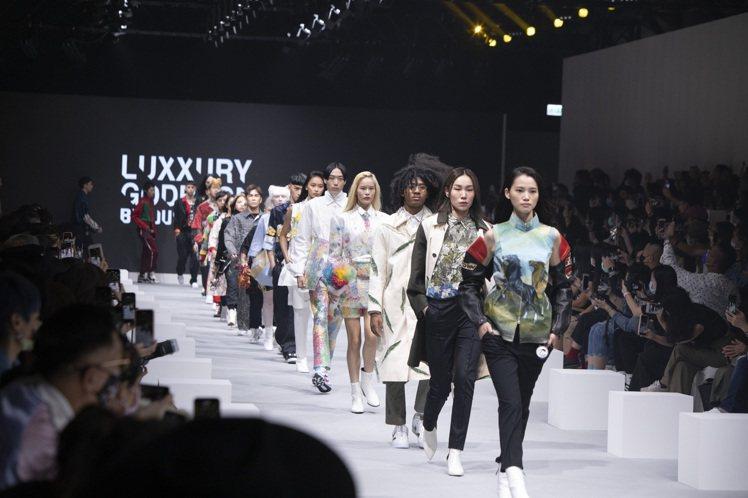 周裕穎在台北時裝周期間發表JUST IN XX的支線Luxxury Godbag...