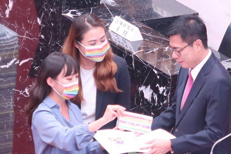 高雄市議員黃捷(左)與高閔琳(中)遞交高雄同志大遊行的活動邀請函,還有彩虹口罩,邀陳其邁11月28日下午1點半參與同志大遊行。記者徐如宜/攝影