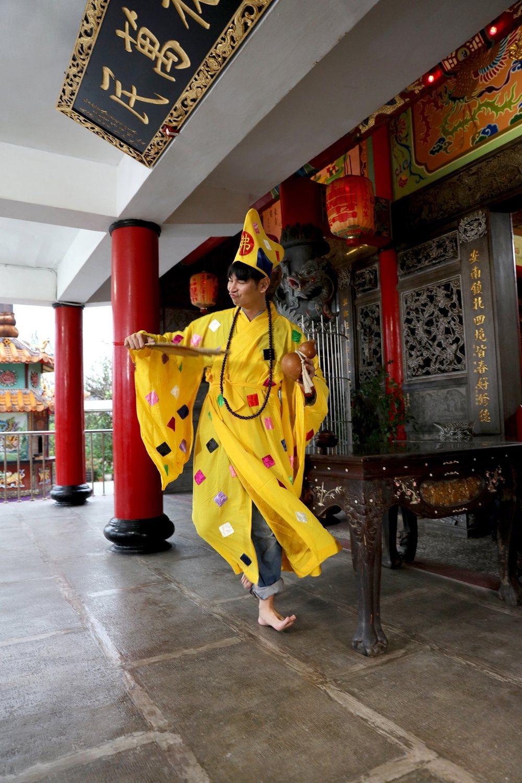楊子儀在「你好!歡迎光臨」中一人分飾二角,其一扮演濟公。圖/緯來電影台提供