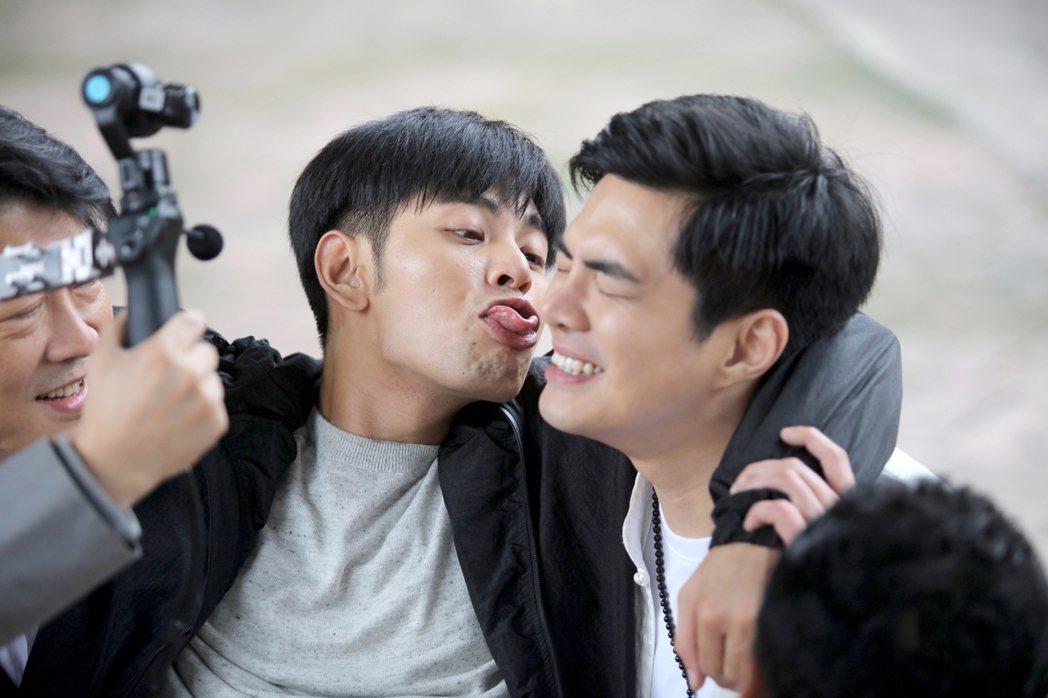 楊子儀(左)突如其來的大舌吻,讓郭唐佑嚇了一大跳。圖/緯來電影台提供