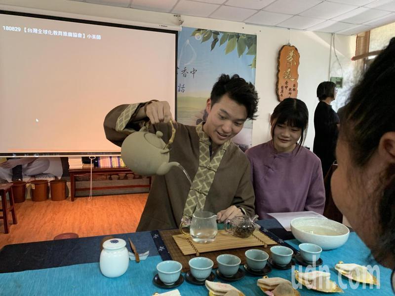 小提琴家陳銳與峨眉國中師生一同欣賞茶藝之美,學生們則說這樣的經驗非常難得。記者巫鴻瑋/攝影