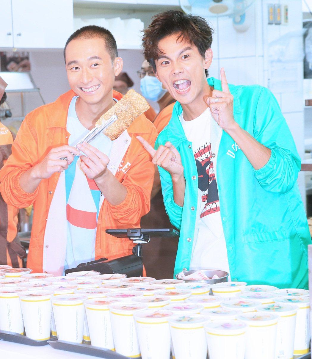 浩角翔起終於重返電視合體,兩人在永和一家永新豆漿早餐店裡體驗生活。記者潘俊宏/攝...