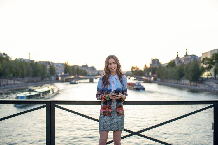 艾蜜莉到公司報到時,選穿Alice+Olivia 的艾菲爾印花襯衫、Ronny ...