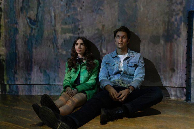 莉莉柯林斯在影集中身穿可愛蘋果綠大衣,引來網友熱烈回應。圖/NETFLIX提供