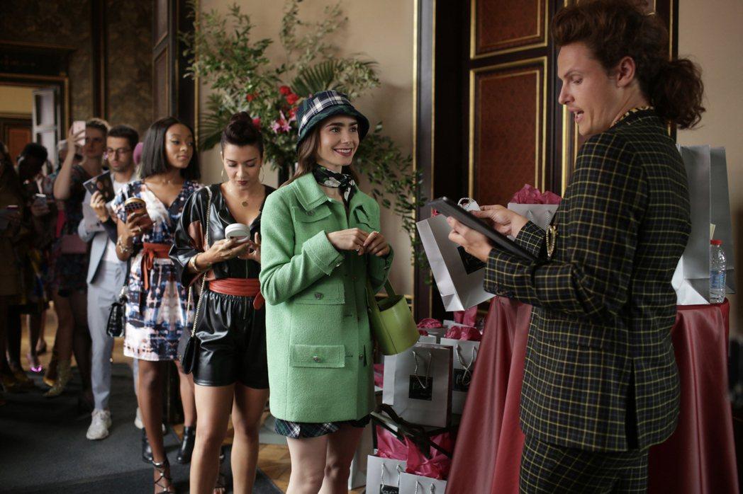 莉莉柯林斯在劇中參加美妝活動時,身穿蘋果綠毛呢大衣。圖/NETFLIX提供