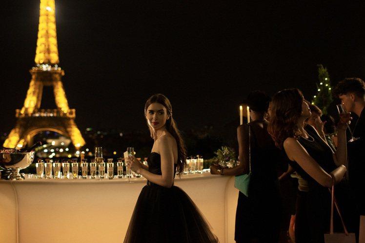 莉莉柯林斯在巴黎鐵塔前穿上黑色Alexandre Vauthier黑色紗裙,向「...