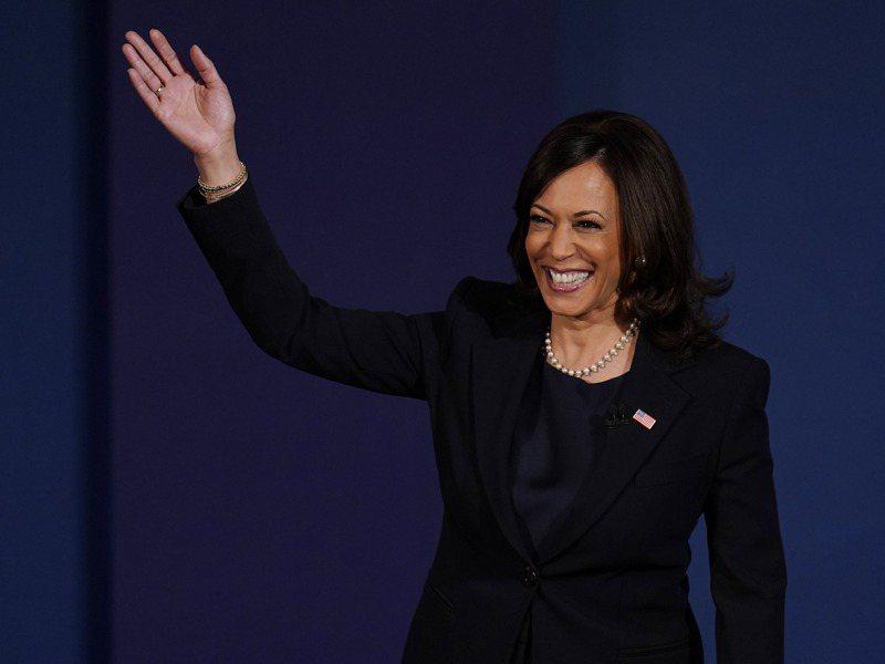 民主黨副總統候選人賀錦麗進入辯論會場時向觀眾揮手致意。美聯社