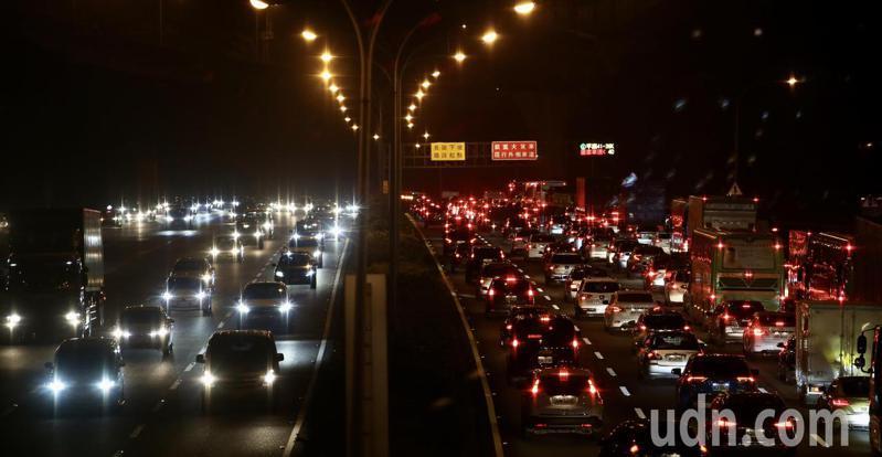 國慶連假晚間開始,不少民眾趁著下班後直接上國道,南來北往的準備假期的行程。記者許正宏/攝影