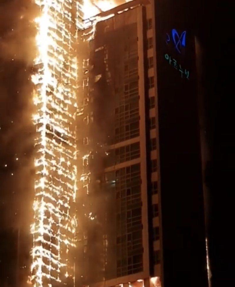 南韓蔚山一棟33層樓高的大樓,在當地時間8日晚上11點起火,火勢幾乎延燒整棟大樓。圖/取自朝鮮日報