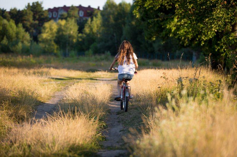 小四的某天,我們全家人一起去騎腳踏車,當天半夜,媽媽發現我的內褲上有一灘血。我完全不記得這件事。媽媽將這件十多年前的往事藏在心底,直到我快要大學畢業才說出口。圖片來源:ingimage