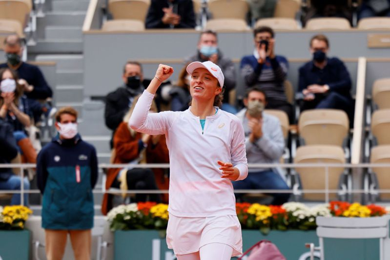 年僅19歲的波蘭女將斯威雅蒂(Iga Swiatek)今年在法網續寫黑馬傳奇,不僅是首位打進法網女單決賽的波蘭選手,也是WTA自從1975年採取電腦排名以來,挺進女單決賽排名最低(54名)的選手。 法新社