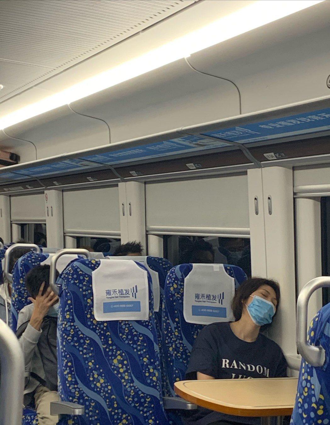 近日有網友爆料,在中國坐高鐵時發現天后孫燕姿的身影,有網友甚至拍到「孫燕姿單獨睡...