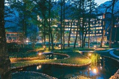 「虹夕諾雅 谷關」找來鐵三角大師設計,出色的照明讓「水之庭園」蜿蜒之美充分展現。 圖/星野集團提供