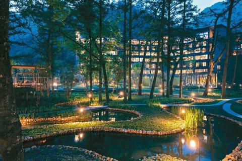 「虹夕諾雅 谷關」找來鐵三角大師設計,出色的照明讓「水之庭園」蜿蜒之美充分展現。...