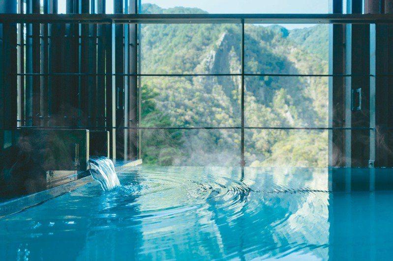 每個房間的半露天浴池都擁有non-stop的「美肌之湯」。 圖/星野集團提供