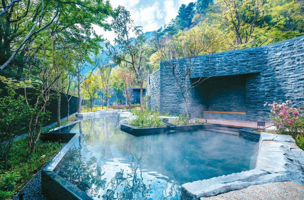 「虹夕諾雅 谷關」的戶外湯是河道設計,且融入四季的草木風景。 圖/星野集團提供