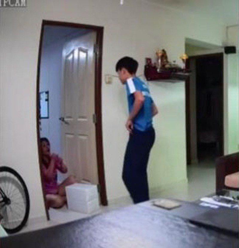 近日新加坡一段影片在網路瘋傳,只見一名火爆男生跟坐在地上的媽媽爭執,2分鐘內竟賞媽媽5次巴掌。圖/擷自影片