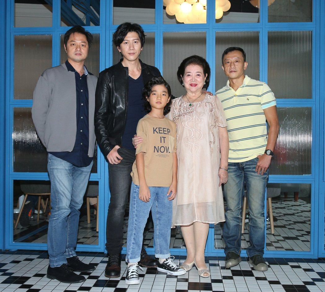 「親愛的房客」導演鄭有傑(左起)、演員莫子儀、白潤音 、陳淑芳與監製楊雅喆。 記