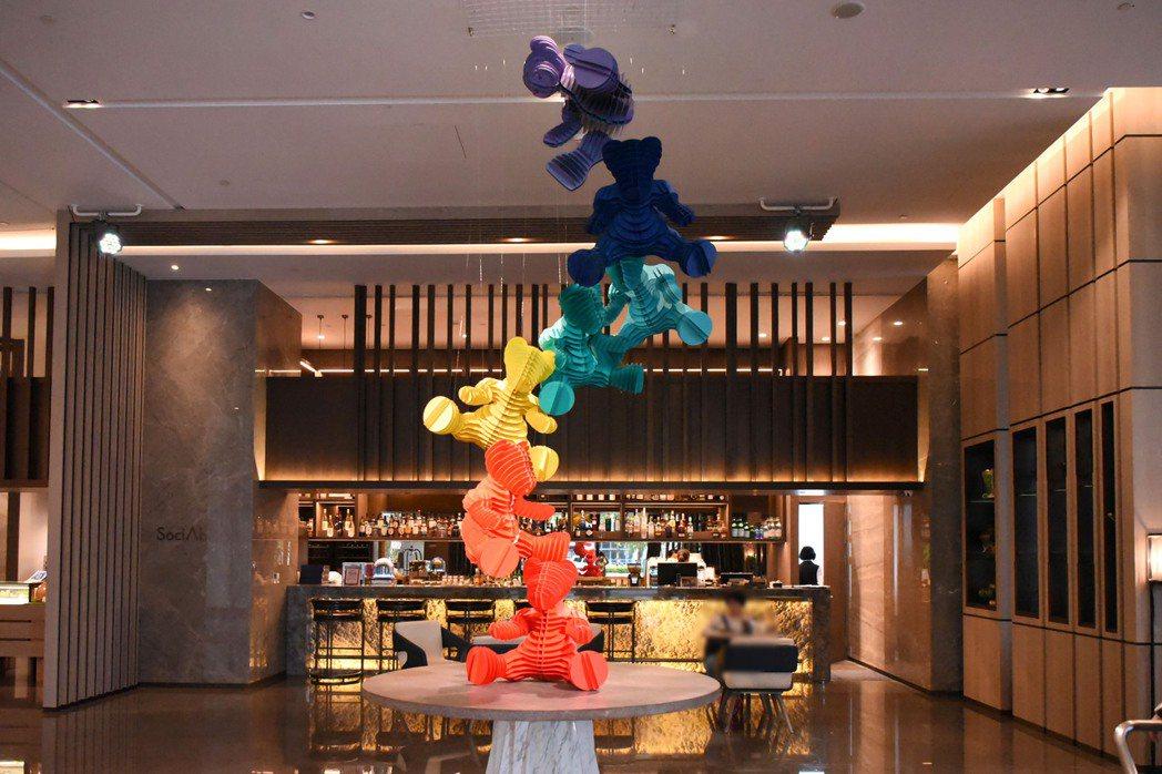 台北新板希爾頓酒店_大廳藝術裝置「夢遊仙境的七色軟糖」。