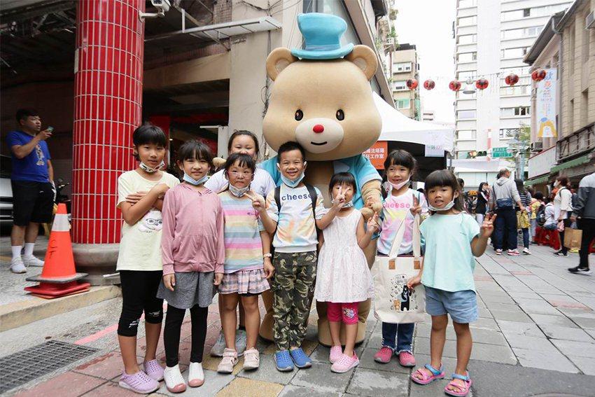 華陰街徒步區變身為最受年輕朋友歡迎的文創樂園。 台北市華陰街徒步區發展協會/提供