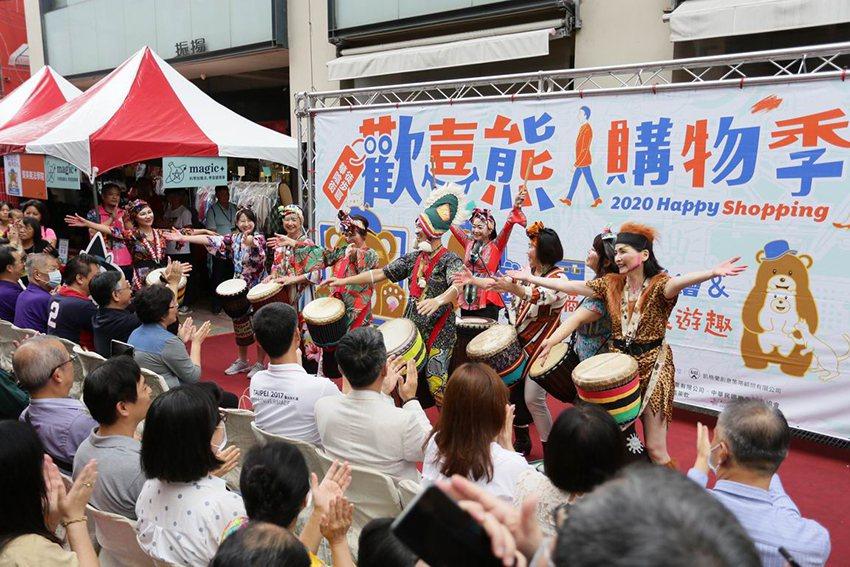 非洲鼓團熱鬧開場。 台北市華陰街徒步區發展協會/提供