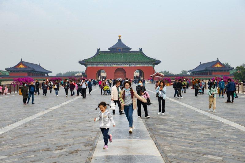 遊客8日在北京天壇公園遊玩。(中新社)