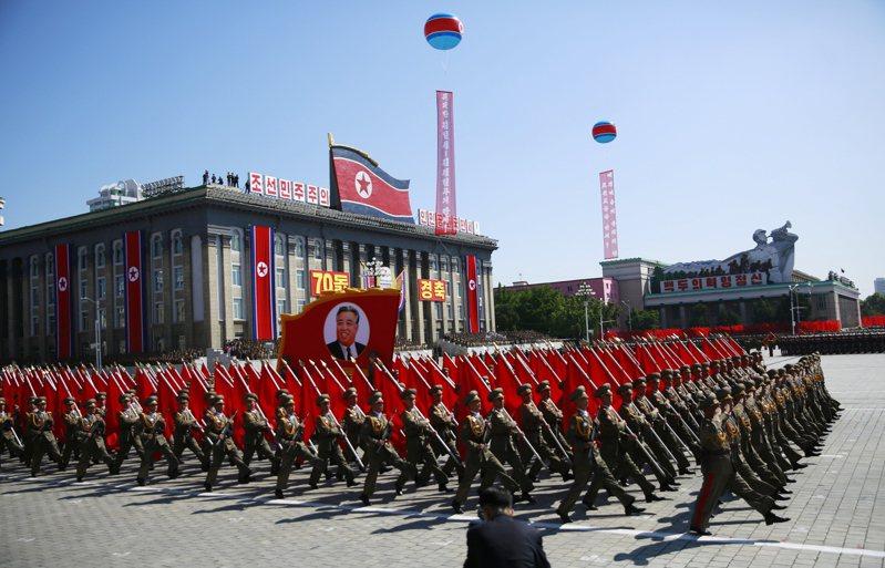 北韓10日將迎來勞動黨建黨75週年,外界預期,金正恩可能藉此舉辦大型閱兵,並公開威力強大的新開發飛彈。圖為2018北韓閱兵。(歐新社)