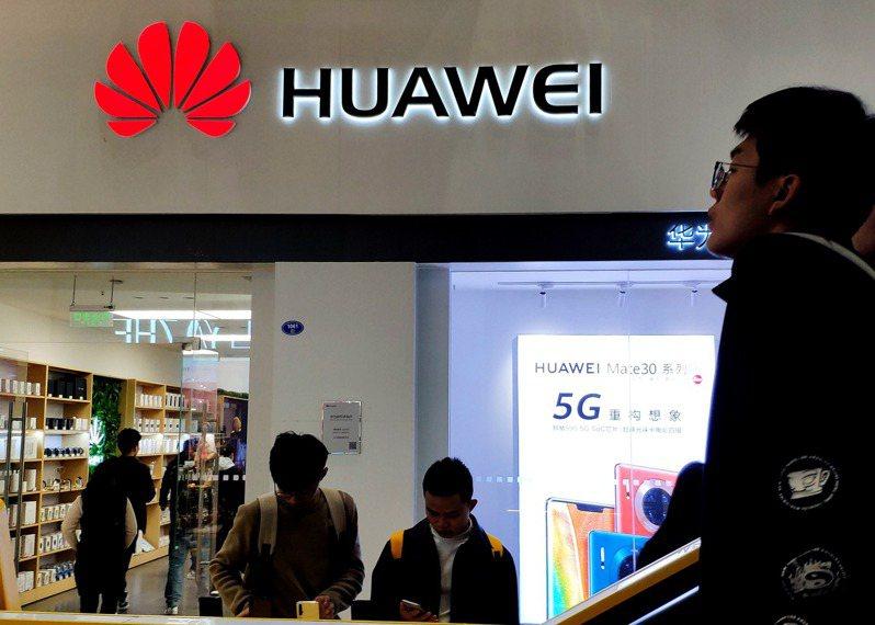 華為遭美國制裁後,最相挺的中國自家市場也告衰退。據大型電商京東統計,中國國內8、9月手機銷售排行榜,華為均跌出前5名,且銷量下滑。中新社