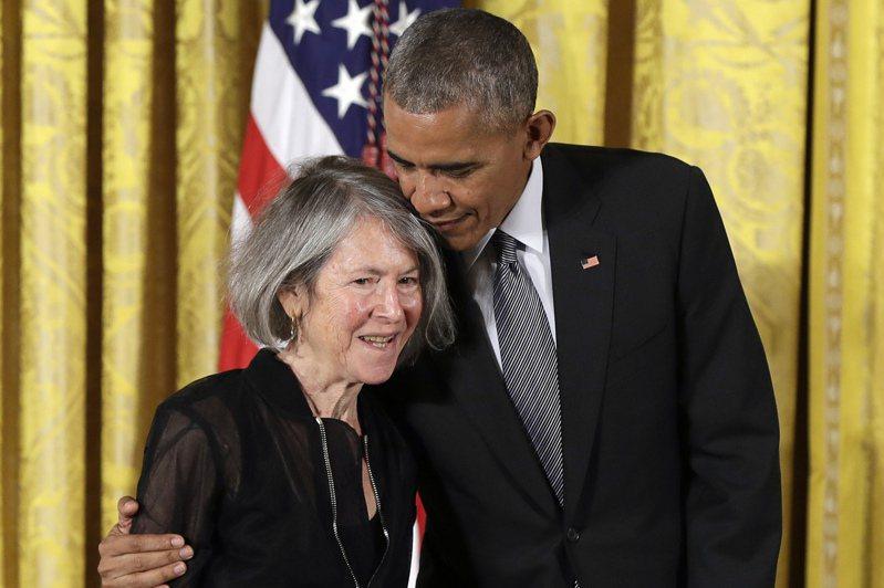 諾貝爾文學獎由美國詩人葛綠珂(左)獲殊榮,圖為她二○一五年獲時任美國總統歐巴馬頒發國家人文獎章。(美聯社)