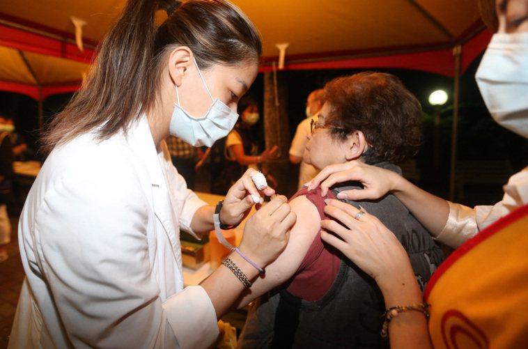 昨天傍晚有診所到新北市社區替民眾打疫苗,不到七分鐘打完一百劑。記者胡經周/攝影